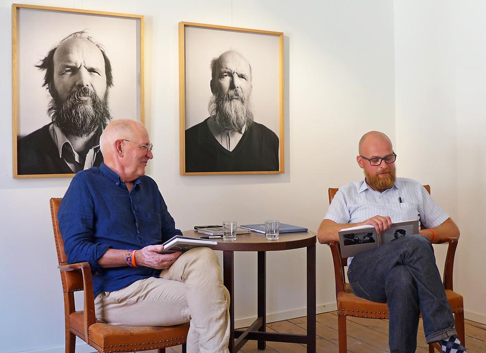 Johan Willner (t h) samtalar med Tommy Arvidsson.  Foto: Kwesi Olsson.
